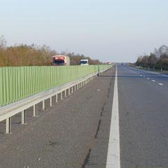 Blendschutz entlang der Autobahn